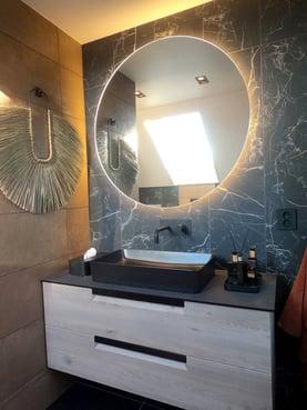 Baderomsmøbel med rundt speil