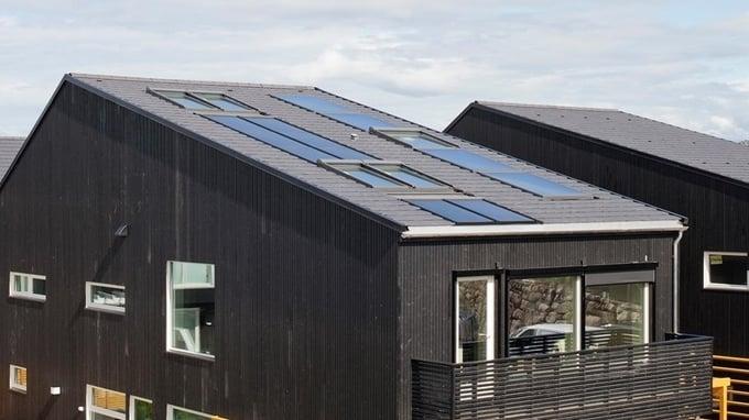 Solenergi kan være et godt oppvarmingsalternativ til borettslag og sameier.