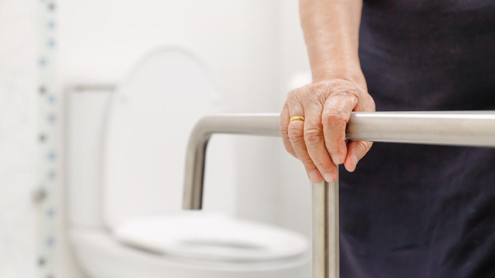 Gjør det enklere å hjelpe eldre på badet!